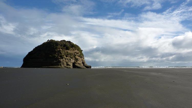Gran roca en medio de la 3 Sisters Beach de Nueva Zelanda