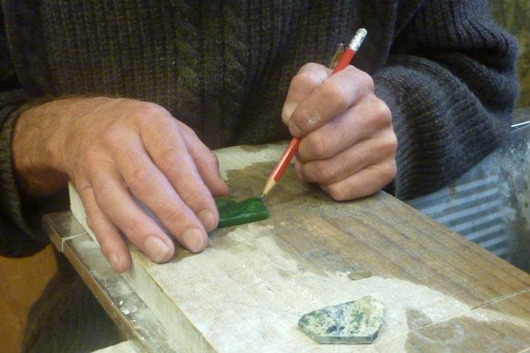 Haciendo dibujo en jade Nueva Zelanda