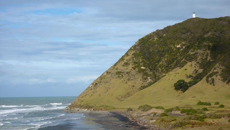 El faro de la East Cape se alza sobre la montaña