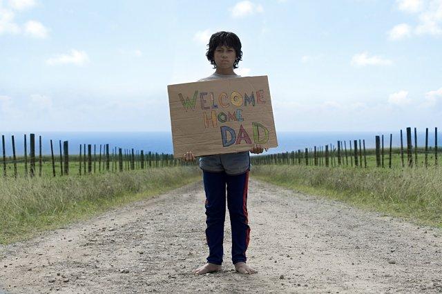 Boy dando la bienvenida a su padre