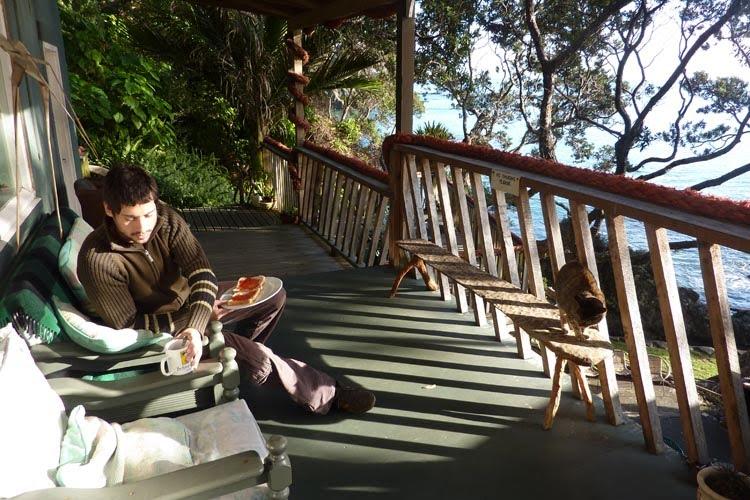Desayunando tan ricamente con vistas al mar