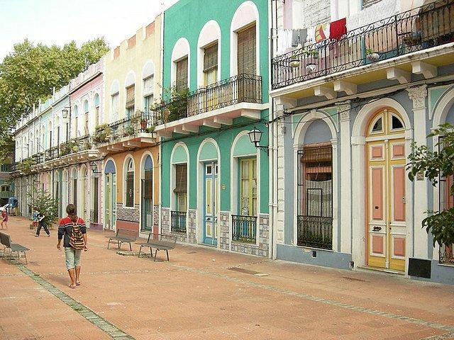 Una de tantas calles coloridas de Montevideo, Uruguay