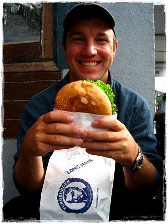 Ésta es la cara de felicidad que suele ocasionar la hamburguesa Fergburger de Queenstown