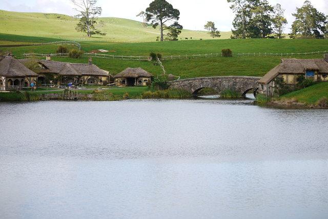 Lago de Hobbiton con la taberna del Dragón verde a la izquierda y el molino a la derecha