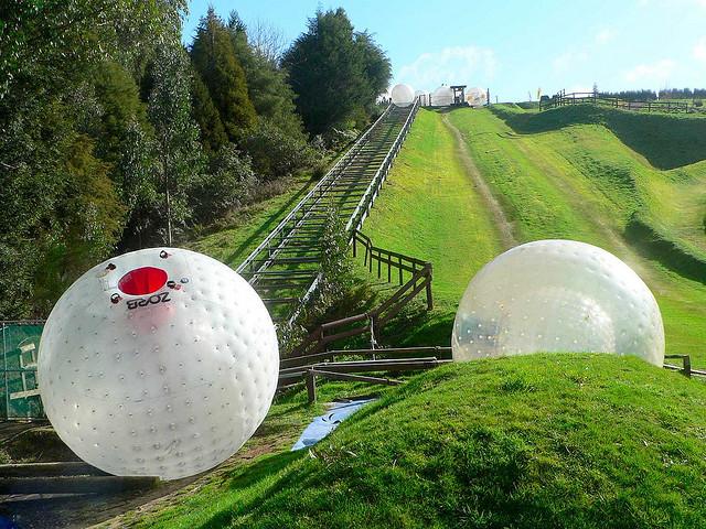 El zorbing se inventó en Rotorua, Nueva Zelanda. Aquí tenéis una de sus rampas