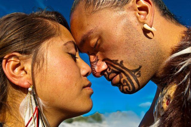 El hongi es un saludo maorí cargado de respeto